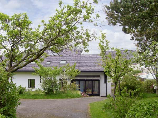 FRON GOED, family friendly, country holiday cottage, with a garden in, holiday rental in Cwm-y-Glo