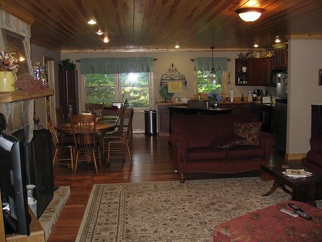 Open keuken en woonkamer gezien vanuit de serre.