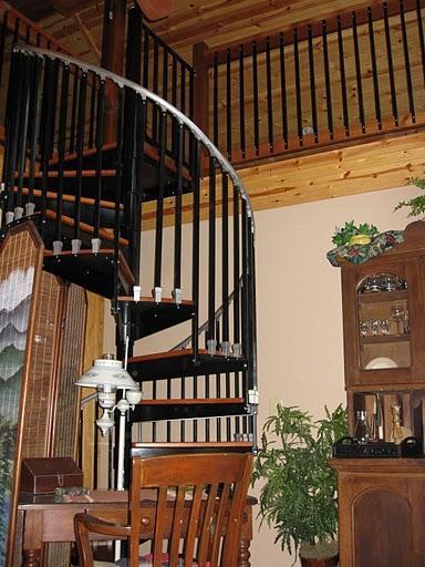 Loft toegang vanaf veranda via een wenteltrap.