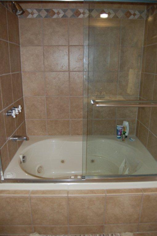 Jaccuzi bad / douche in de hal badkamer.