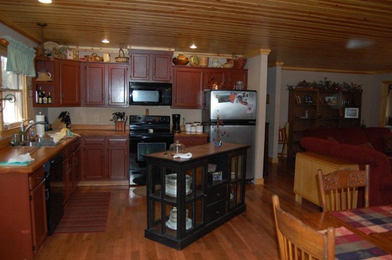 Volledig ingerichte keuken die open staat voor de eet- / woonkamer / serre gebieden.