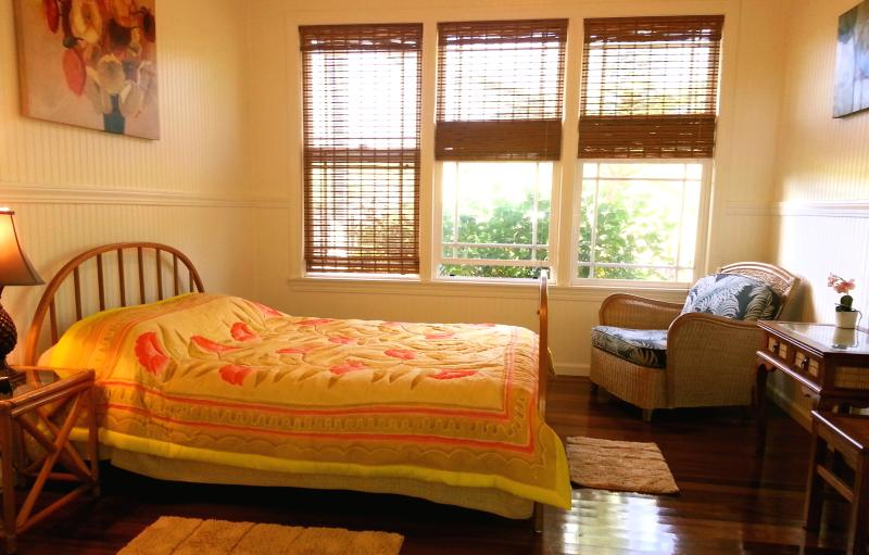 Pua bedroom w queen bed