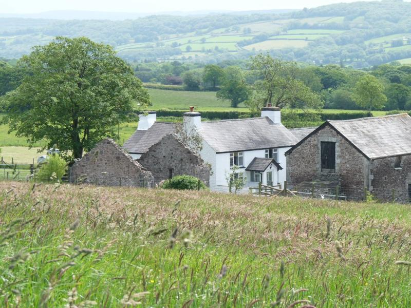 Three bedroom 19th Century Farmhouse in Wales, UK, aluguéis de temporada em Cwmffrwd