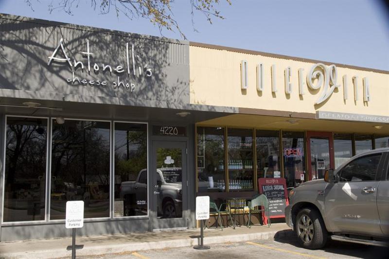 2 pâtés de maisons, vous trouverez Dolce Vita avec fantastiques sandwiches, café et bar.
