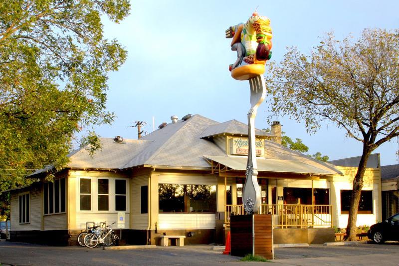 Le Hyde Park Bar and Grill à 2 pâtés de maisons a le meilleur steak de poulet frit.