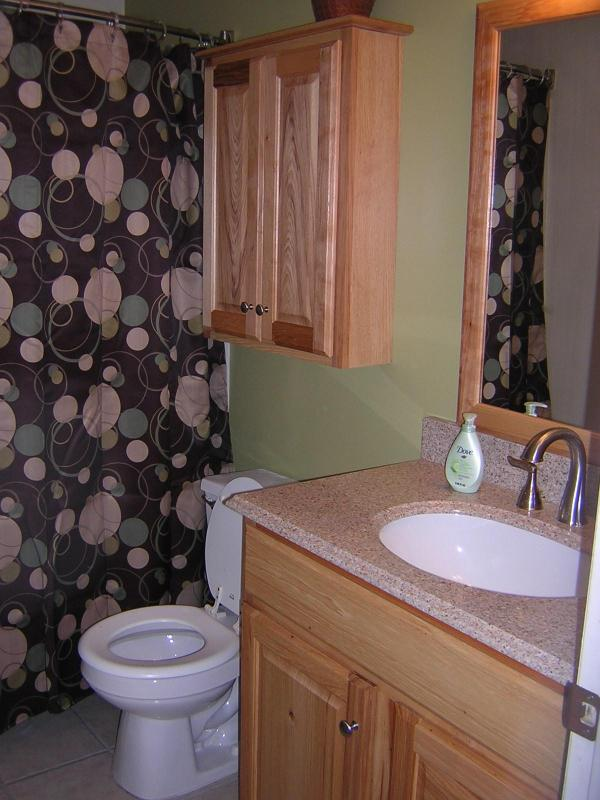 Upgraded bathroom w/granite counters, bowed shower curtain for maximum space while showering