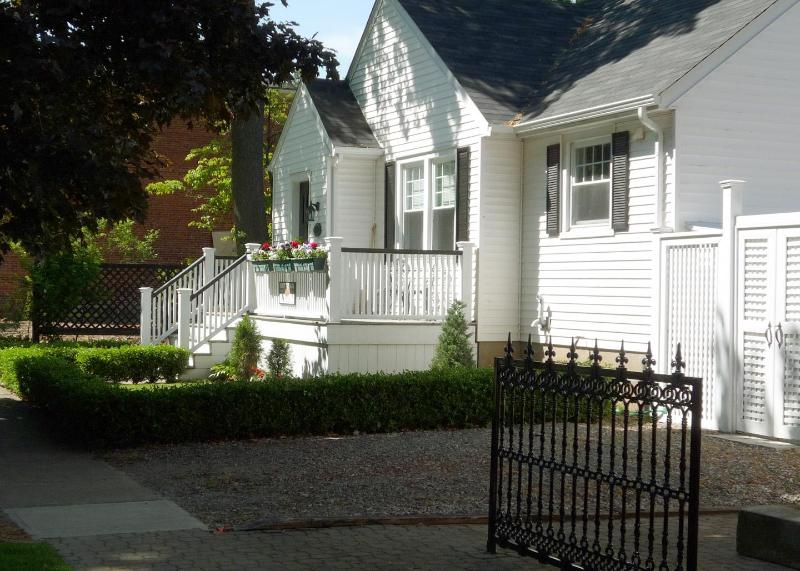 Beautiful Bungalow in historic Niagara on the Lake- Recently renovated bathrooms, holiday rental in Niagara-on-the-Lake