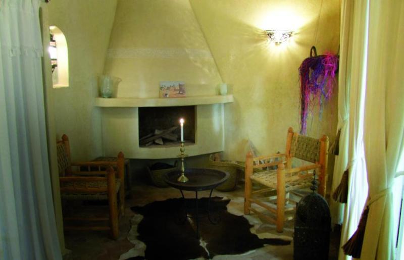 Room(1st floor) BELDI - zona de estar con chimenea