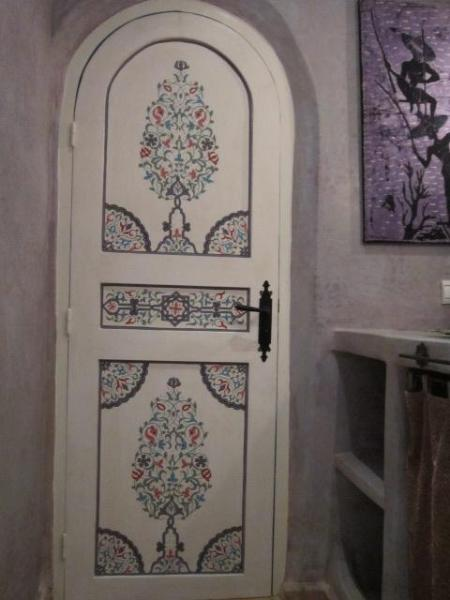 puerta pintada a mano del baño de la habitación azul