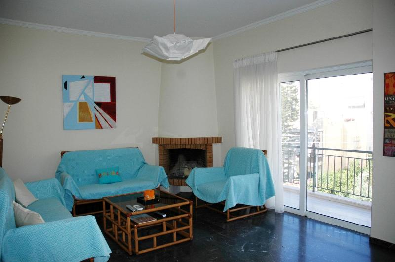 Flat in Athens near the sea ,center and Piraeus, vacation rental in Athens