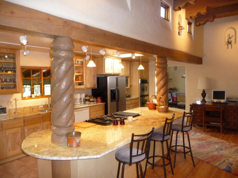 Vue de la belle cuisine en granit et des plafonds de 13 pieds dans la grande salle.