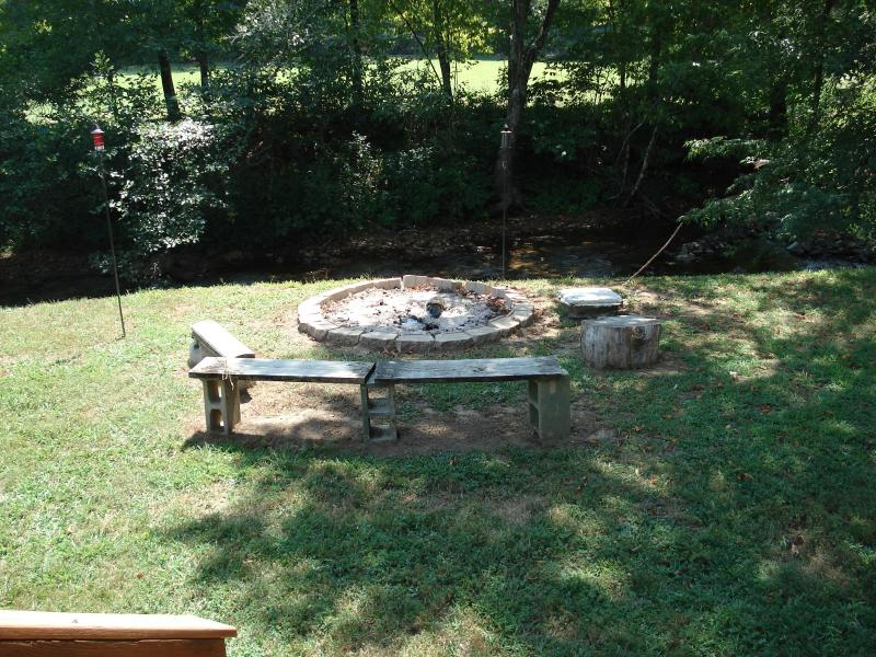 The fire pit right next to the creek lets you enjoy both the fire and water simultaneously!