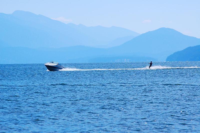 Traer o alquilar un barco y esquí o wakeboard.