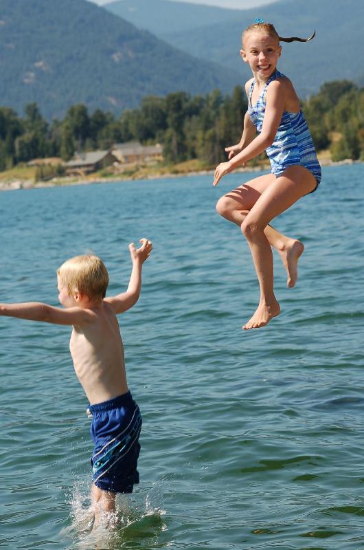 La natación es cálido & superficial en verano.