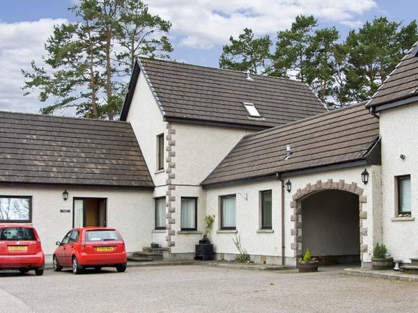 THE COACH HOUSE, family friendly, country holiday cottage, with a garden in, vacation rental in Dalwhinnie