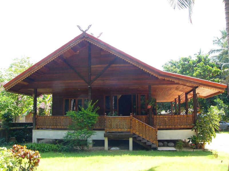 THE BEAUTIFUL HANDCRAFTED WOODEN LODGE IN TRADITIONAL THAI STYLE., holiday rental in Mae Nam