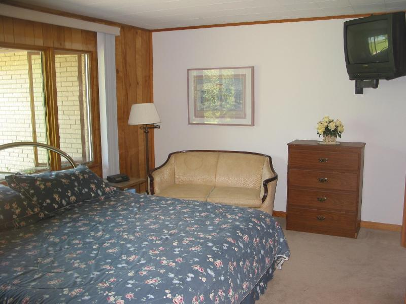 Master Bedroom - King size bed - sleeps 2
