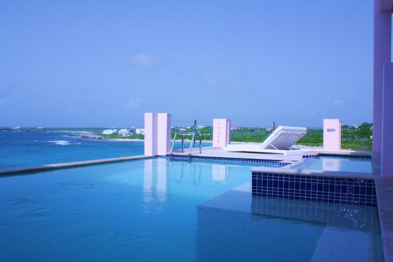 LUXURY VILLA 'B ON THE SEA' IN ANGUILLA, 5 ENSUITE BEDROOMS, 2 DECKS, 2 POOLS, Ferienwohnung in East End Village