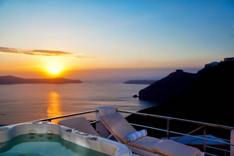 Santorini Stylish Villa with fantastic sea views, holiday rental in Karterádhos