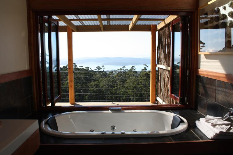 Indulgent double spa with opening windows to fully appreciate the expansive view