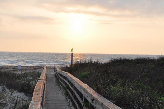 Lever du soleil sur la promenade à la plage