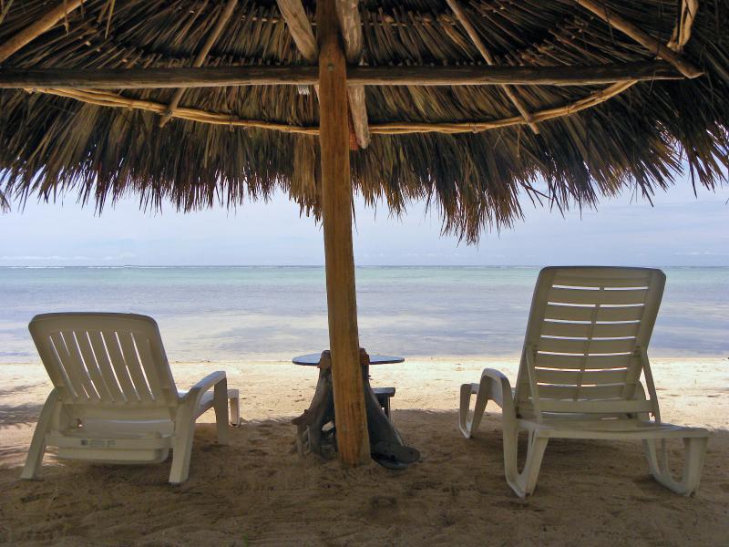 Coral Garden Beautiful Spacious Beachside Condo, holiday rental in Xcalak
