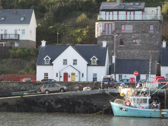 Vista sull'acqua, sul porto turistico e sulle barche del porticciolo del castello.