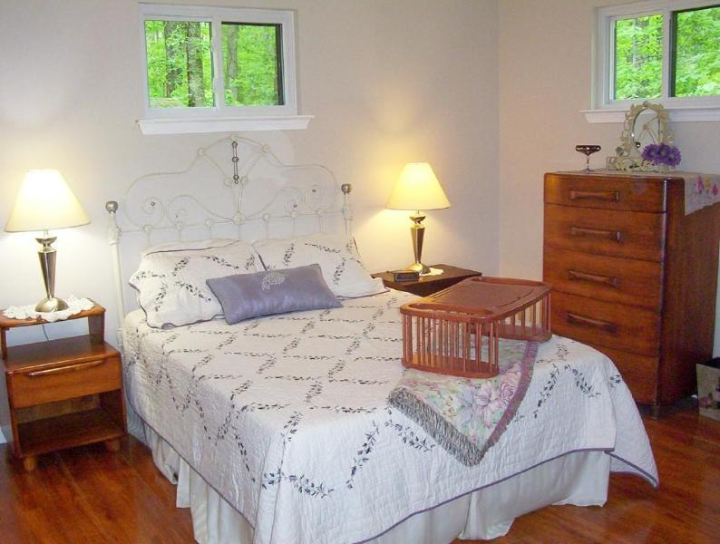 Dormitorio con cama de tamaño completo y ropa de lujo; Vestidor y 2 soportes de la noche; Armario completo de baño