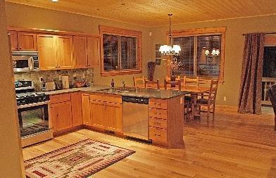 Plan d'étage ouvert parfait pour se divertir pendant que vous cuisinez dans la cuisine gastronomique.