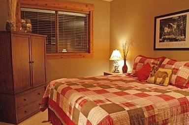 À la fin d'une belle journée, retirez-vous dans votre chambre à coucher principale ultra confortable.