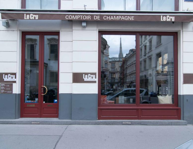 2 minutes walk: Le Cru/Comptoir de Champagne; guess what you can drink there! On Petersplatz