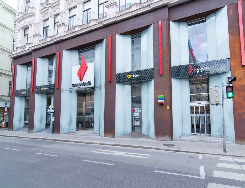 1 minute walk: bank with exchange and ATMs, corner Wipplingerstr./Hoher Markt square