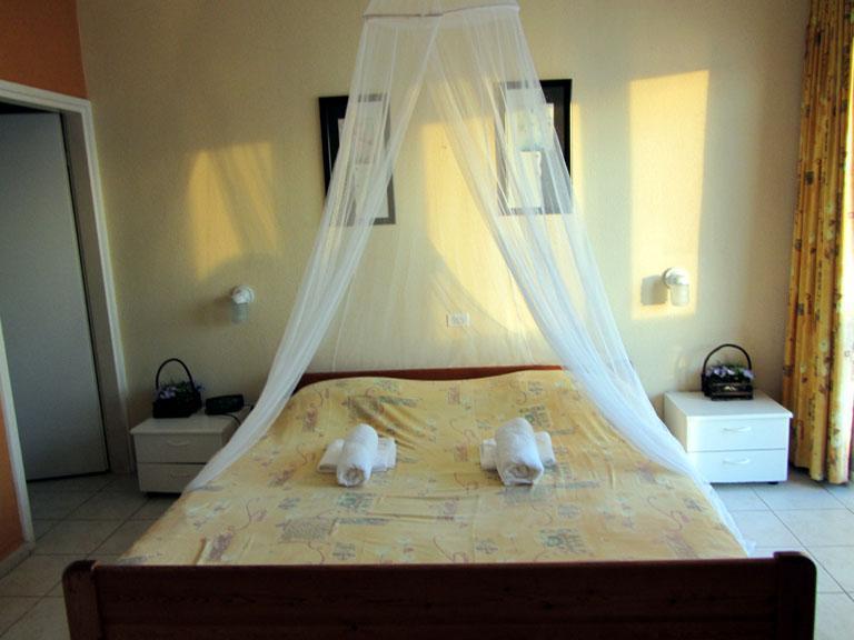 Masterbedroom with Queen Bed & bath