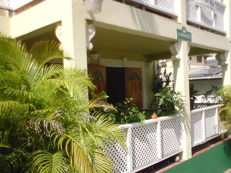 Charming and spacious apartment - a few steps away from beach, holiday rental in Paynes Bay