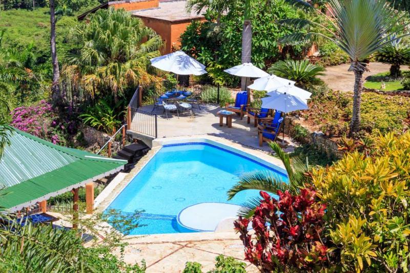 Il nostro residence dispone di una spaziosa area piscina con lettini e barbecue,