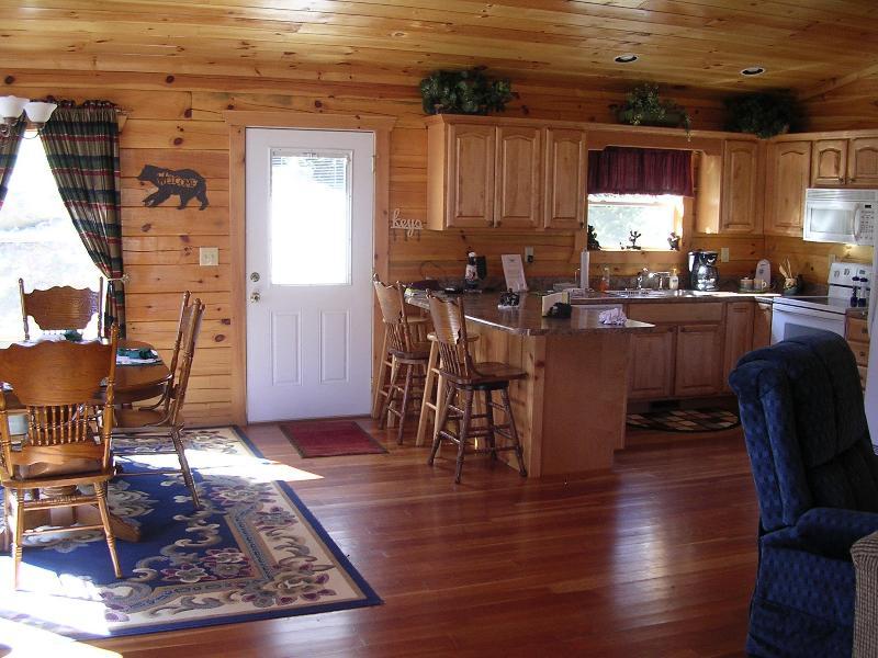 Muito luz aberto e arejado cozinha e sala de jantar