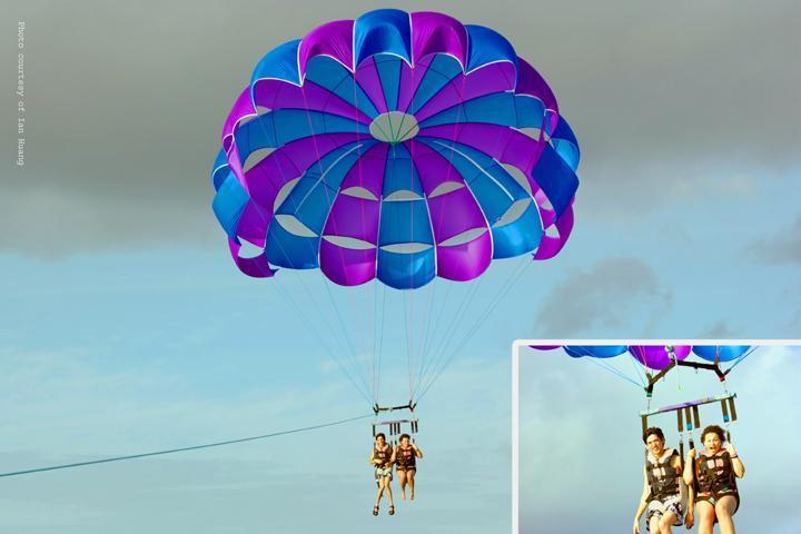 Sommige van onze gasten parasailen bij een nabijgelegen strand
