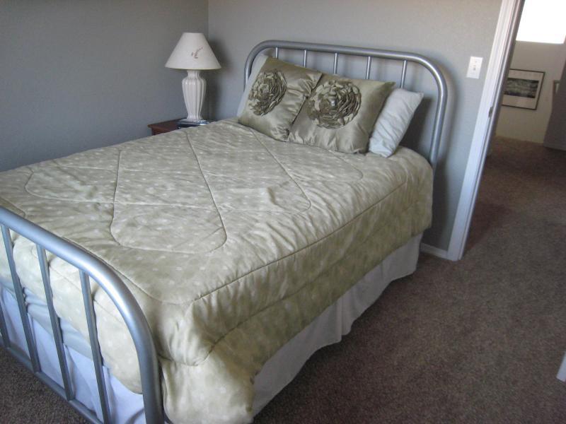 Dormitorio con cama completo y vistas de las montañas