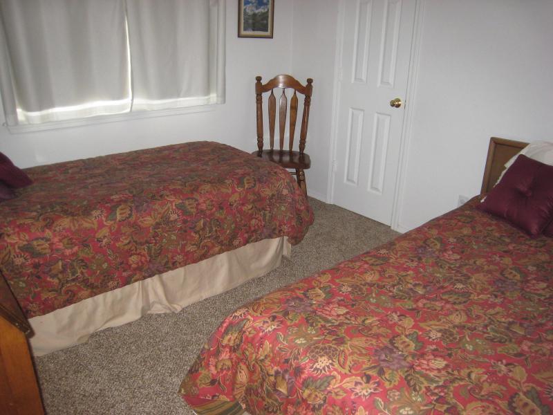 Dormitorio con dos camas arriba