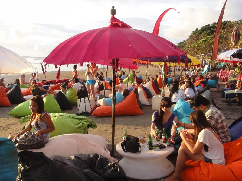 Balade à la plage pour le coucher du soleil et cocktail