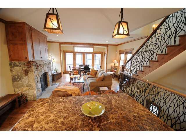 Granit-Küche und Blick auf die Wohn- und Ess-Zimmer