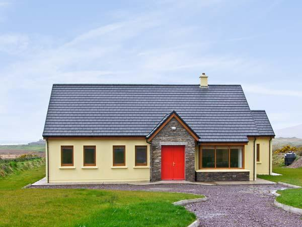SHEEHAN COTTAGE , country holiday cottage, with a garden in Waterville, County, Ferienwohnung in Ballinskelligs
