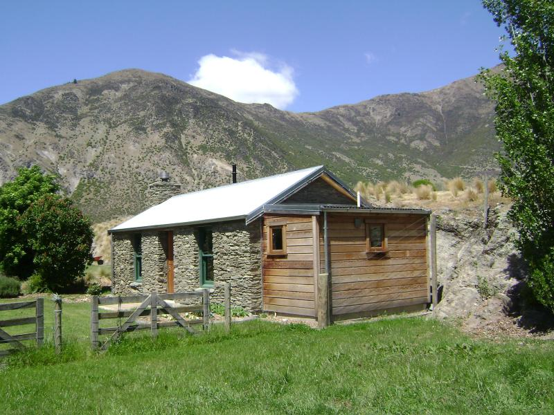 Historic Stone Cottage, Gibbston, Queenstown New Zealand. Warbrick Cottage 1874., holiday rental in Gibbston