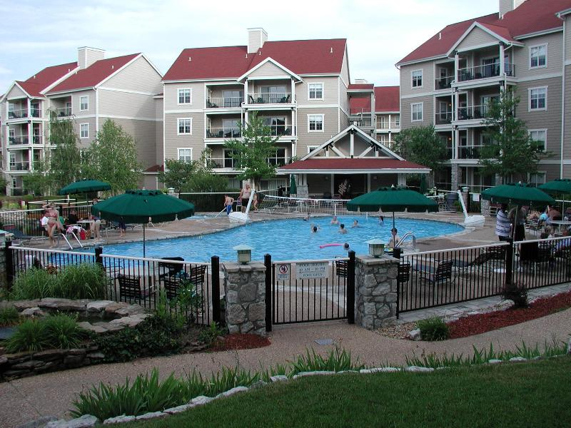 Branson Condo 3 bedroom/3 bath with WiFi, Pool, Hot Tub, Keyless Entry, holiday rental in Branson