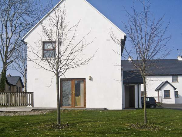 12 MOUNTSHANNON COTTAGES, pet friendly, country holiday cottage, with a garden, holiday rental in County Clare