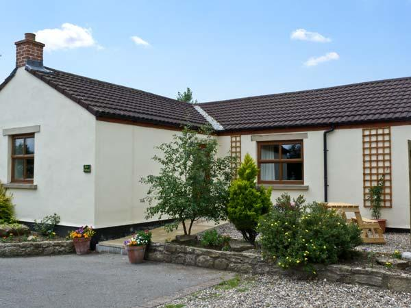 ROSE COTTAGE, pet friendly, country holiday cottage, with a garden in Caldwell, casa vacanza a Ingleton