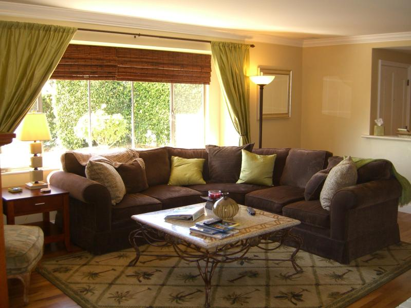 Relaxing spacious living room w/ flat screen tv/dvd/cd/wifi, large sofa, chair w/ ottoman, fireplace