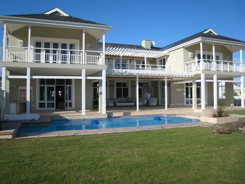 Fronte casa con piscina