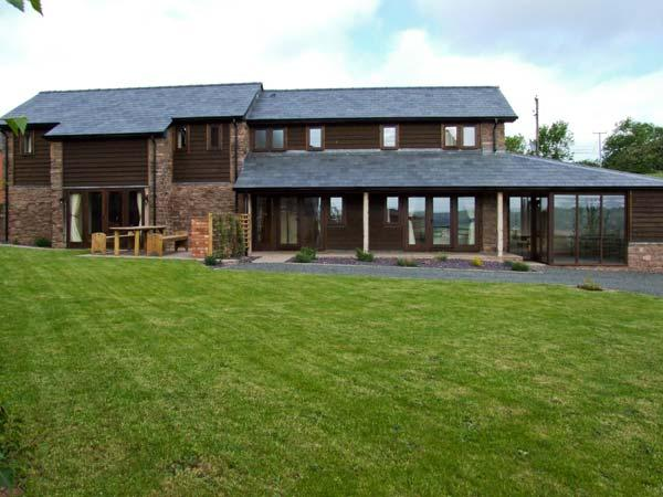 BUSHMILLS, family friendly, character holiday cottage, with a garden in Abbey, vacation rental in Peterchurch