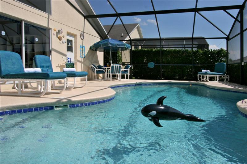 Bela convidativa piscina azul